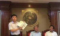 Phó Tổng Giám đốc NXBGDVN Lê Hoàng Hải trao đổi tại buổi gặp gỡ báo chí chiều qua, 21/9 Ảnh: Nghiêm Huê