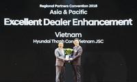 """Ông Yong Suk Lee - Giám đốc Văn phòng Khu vực Châu Á Thái Bình Dương (bên phải) trao giải thưởng """"Nhà phân phối nâng cao năng lực đại lý xuất sắc nhất 2017"""" cho ông Lê Ngọc Đức - Tổng Giám đốc Hyundai Thành Công"""