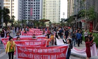 Cư dân khu Goldmark City căng băng rôn phản đối chủ đầu tư ảnh: PV