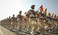 Thành viên IRGC diễu binh trong dịp kỷ niệm cuộc chiến Iran-Iraq (1980-1988) tại Tehran tháng 9/2011 ảnh: Reuters/Stringer
