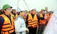 Cựu Thứ trưởng Bộ GTVT Nguyễn Hồng Trường (thứ 3 từ trái qua) đi thị sát công trình khi còn đương chức ảnh: PV
