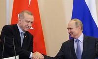 Tổng thống Nga Vladimir Putin và Tổng thống Thổ Nhĩ Kỳ bắt tay sau khi đạt được thỏa thuận về Syria hôm 22/10 ảnh: AP