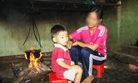 Sau giờ tan học, cô học trò Phạm T. C lại về với con bên ngôi nhà của mình, lo bếp núc, việc nhà Ảnh: Nguyễn Ngọc