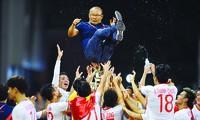 HLV Park Hang Seo được các học trò tung hô ăn mừng Việt Nam giành HCV môn Bóng đá Sea Games 30 Ảnh: Như ý