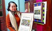 """Nghệ nhân Nguyễn Thị Oanh giới thiệu cuốn lịch năm Canh Tý, với bức tranh """"Đám cưới chuột"""" Ảnh: KIẾN NGHĨA"""