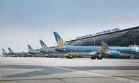 Tàu bay xếp hàng dài tại sân bay Nội Bài. ảnh: Hữu Việt