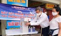 Máy rửa tay sát khuẩn tự động đặt ở cổng chính chợ lớn thành phố Đà Nẵng Ảnh: G.T