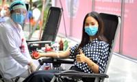 Á khôi Sinh viên Việt Nam Quỳnh Nga hiến máu trong ngày phát động Ảnh: Xuân Tùng