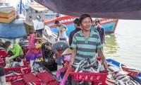 Thuyền trưởng Đỗ Bin ở huyện Bình Sơn (tỉnh Quảng Ngãi) và nhiều ngư dân khác phàn nàn chuyện xếp hàng chờ chữ ký