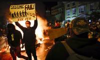 """Một người biểu tình Mỹ giương tấm biển có khẩu hiệu """"Systemic Fail"""" (Thất bại hệ thống) gần Nhà Trắng ngày 31/5 ảnh: AP"""