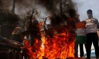 Người biểu tình Ấn Độ đốt hàng Trung Quốc ở New Delhi ngày 18/6 ảnh: Reuters