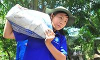 Bạn Nguyễn Thị Ngọc Yến, sinh viên trường ĐH Tây Đô vác xi măng để làm đường ở Thới Hòa, phường Thới An Đông, Bình Thủy (TP Cần Thơ) ẢNH: HÒA HỘI