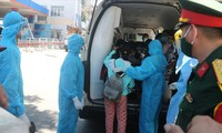 Y bác sĩ Bệnh viện Đà Nẵng hỗ trợ, vận chuyển bệnh nhân chạy thận nhân tạo vào bệnh viện chạy thận trong thời gian phong tỏa bệnh viện Ảnh: Nguyễn Thành