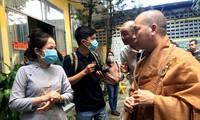 Thượng tọa Thích Quang Thạnh trao đổi với người dân tại chùa Kỳ Quang 2