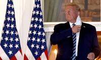 Ông Trump cởi khẩu trang khi trở lại Nhà Trắng hôm 5/10. Ảnh: Reuters
