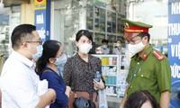Lực lượng chức năng phường Hàng Trống (Hoàn Kiếm, Hà Nội) xử phạt người không đeo khẩu trang phòng dịch COVID-19 trước cổng bệnh viện Việt Đức ẢNH: như ý