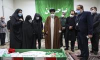 Bộ trưởng Tư pháp Iran Ayatollah Ebrahim Raisi bày tỏ lòng thành kính trước thi thể nhà khoa học Mohsen Fakhrizadeh ảnh: Mizan/AP