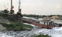 Nước từ kênh Tào Khê chảy ra sông Cầu đen như mực và trắng xóa bọt