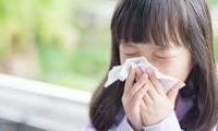 TS. BS Đỗ Thiện Hải khám cho bệnh nhi 9 tuổi bị biến chứng viêm não sau mắc cúm Ảnh: Th.Hà