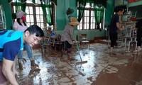 Cán bộ, giáo viên ở Quảng Bình dọn dẹp trường lớp, khắc phục hậu quả lũ lụt