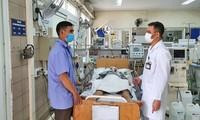 Bác sĩ Nguyễn Trung Nguyên thăm khám bệnh nhân ngộ độc rượu