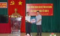Anh Lâm Thành Sĩ, Bí thư Tỉnh Đoàn An Giang, tặng quà cho chiến sỹ Vùng 5 Hải quân ẢNH: HÒA HỘI