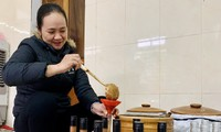 Chị Hoa Thị Thủy đóng gói sản phẩm cho khách hàng