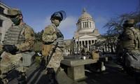 Lực lượng Vệ binh Quốc gia đứng gác gần tòa nhà lập pháp tại Đồi Capitol, hôm 10/1 ảnh: AP