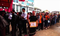 Đông đảo người dân huyện Ea Kar xếp hàng chờ hiến máu tại Chủ nhật Đỏ năm 2018