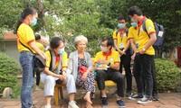 """Các chiến sỹ """"Xuân tình nguyện"""" TPHCM chia sẻ phương pháp chăm sóc sức khỏe với các cụ già. Ảnh: NGÔ TÙNG"""