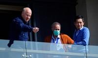 Ông Peter Daszak (trái) và nhà sinh vật học Việt Nam Hung Nguyen Viet (trái) đứng trên ban công khách sạn tại Vũ Hán ảnh: Reuters
