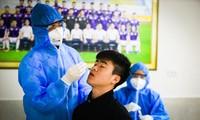 CLB Hà Nội thực hiện xét nghiệm COVID-19 cho các cầu thủ khi tập trung quân sau Tết Nguyên đán Ảnh: anh nghiêm