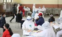 Lấy mẫu xét nghiệm COVID-19 cho người dân từ vùng dịch về Hà Nội Ảnh: như ý