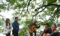 Nhóm Thất cầm chơi guitar ở Hồ Gươm