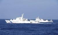 Tàu hải giám Trung Quốc (phải) và tàu tuần tra Nhật Bản (trái) gần nhóm đảo Senkaku/Điếu Ngư hồi tháng 2/2013 ảnh: japan coast guard
