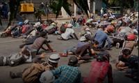 Người biểu tình nằm rạp xuống đất khi cảnh sát nổ súng giải tán biểu tình ở Mandalay hôm 3/3. Ảnh: Reuters