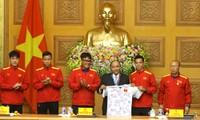 Đại diện Ban huấn luyện và Đội tuyển Việt Nam trân trọng tặng Thủ tướng áo thi đấu có chữ ký của đội tuyển Việt Nam Ảnh: NhƯ Ý
