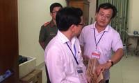 Đối tượng Nguyễn Quang Vinh (áo trắng bên phải, đã bị khởi tố), nguyên trưởng phòng Khảo thí, sở GD&ĐT Hòa Bình tại khu vực chấm thi trắc nghiệm của Hội đồng chấm thi sở GD&ĐT Hòa Bình ngày 3/7/2018 Ảnh: Nghiêm Huê