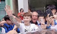 Người già, học sinh chào đón Khá Bảnh khi thanh niên này có mặt tại Yên Bái Ảnh: FBHong