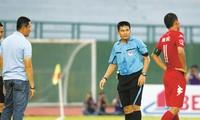 Trọng tài Hoàng Phạm Công Khanh trong một lần cầm còi ở V-League