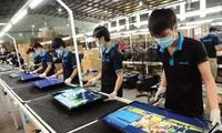 Lắp ráp TV tại Công ty Asanzo ảnh: UP