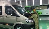 Các công nhân Thaco đang kiểm tra kỹ thuật xe buýt nhỏ Ảnh: Tuấn Nguyễn