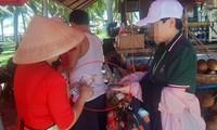 Công khai giao dịch nhận tiền ngoại tệ ngay tại khu vực công viên Biển Đông (ảnh chụp ngày 10/8)Ảnh: Nguyễn Thành