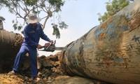 Công nhân hoàn thành việc đấu nối với đường ống đã nằm dưới đáy sông Hàn