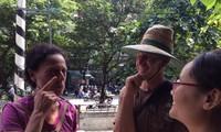 Vợ chồng nhà báo Úc Laura Watkins trò chuyện với dân xóm đường tàu sáng 10/10. Họ là du khách hiếm hoi vào được đây.