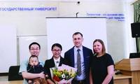 Gia đình TS Nguyễn Thu Hương với vợ chồng Giáo sư hướng dẫn Ảnh: NVCC