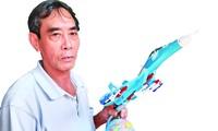 Ông Bùi Xuân Thành với chiếc máy bay chiến đấu mô hình đã hoàn thành Ảnh: Nguyễn Thành