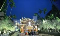 Khách vẫn nườm nượp đổ về chùa Hương từ chiều tối ngày 29/1 - Ảnh: Như Ý