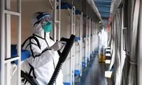 Khử trùng đoàn tàu chạy từ Bắc Kinh tới tỉnh Hà Bắc ngày 30/1Ảnh: Xinhua