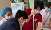 Bác sĩ Thư (thứ 2 phải sang) và bác sĩ Khoa hướng dẫn nhân viên y tế sử dụng thiết bị làm sạch bề mặt